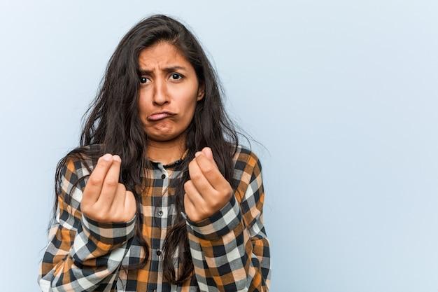 Jeune femme indienne cool montrant qu'il n'a pas d'argent