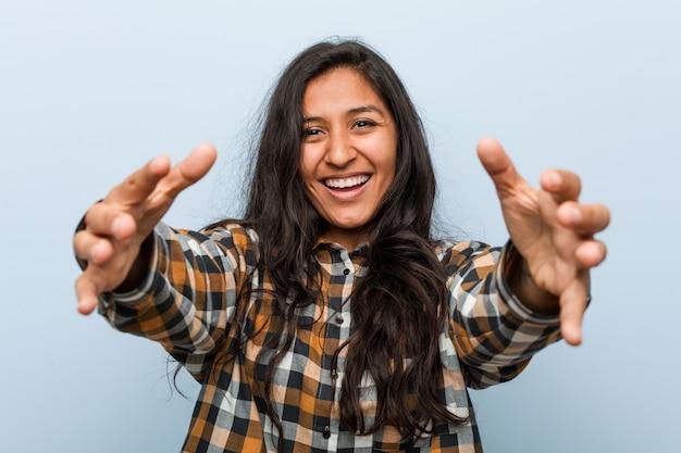 Jeune femme indienne cool se sent confiante donnant un câlin.