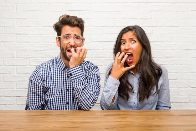 Jeune femme indienne et couple homme de race blanche très peur et peur, désespéré pour quelque chose
