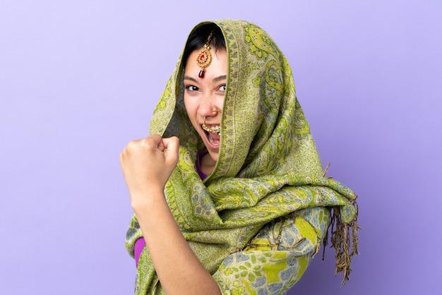 Jeune femme indienne sur fond isolé