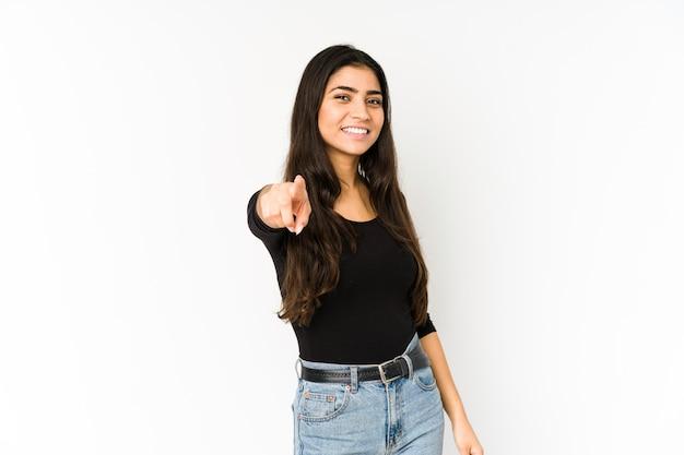 Jeune femme indienne isolée sur violet pointant vers l'avant avec les doigts.