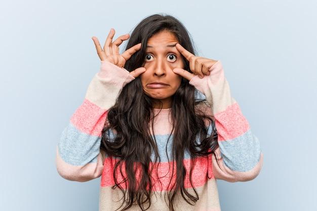 Jeune femme indienne de mode, gardant les yeux ouverts pour trouver une occasion de réussir.