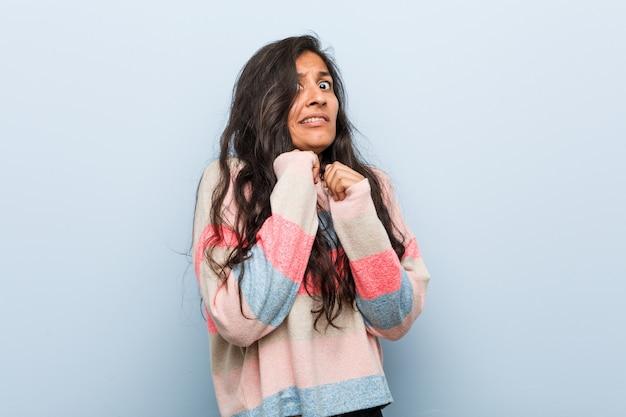 Jeune femme indienne de mode peur et peur.