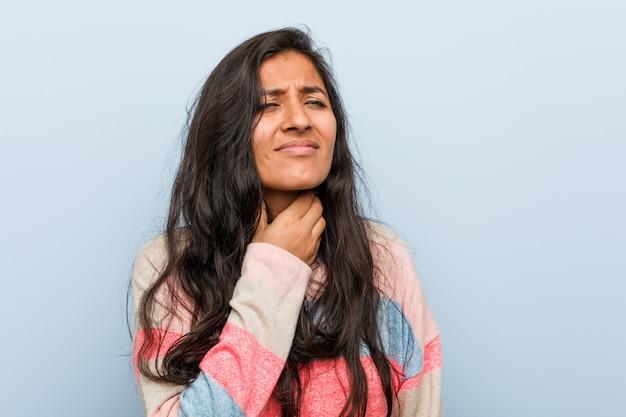 Jeune femme indienne de la mode souffre de douleurs à la gorge en raison d'un virus ou d'une infection.