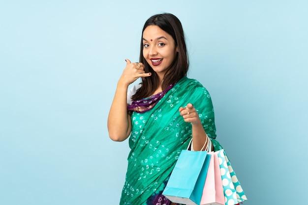 Jeune femme indienne avec des sacs à provisions