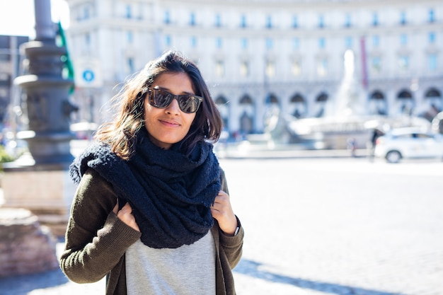 Jeune femme indienne souriante dans la ville