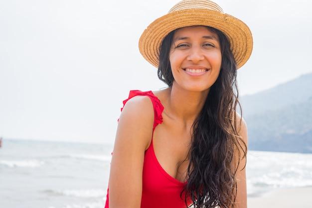 Jeune femme indienne souriante sur la plage