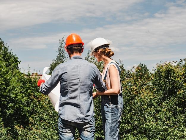 Jeune femme ingénieur et son ouvrier subalterne