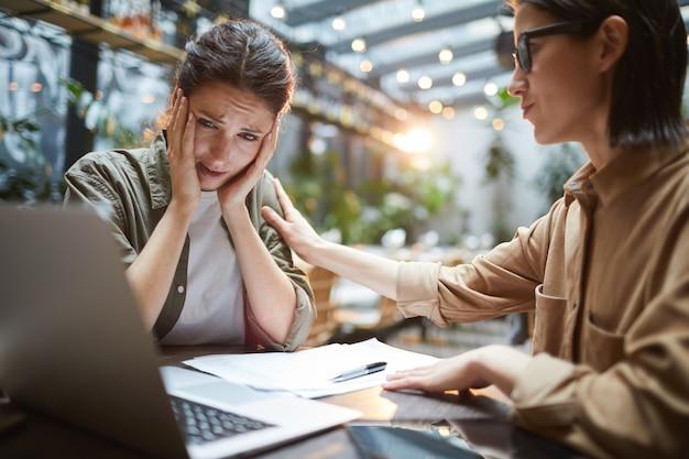 Jeune femme inquiète en réunion d'affaires