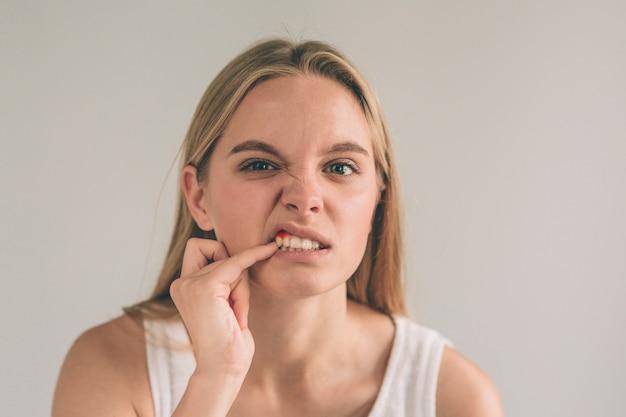 Jeune femme inquiète souffrant de forts maux de dents