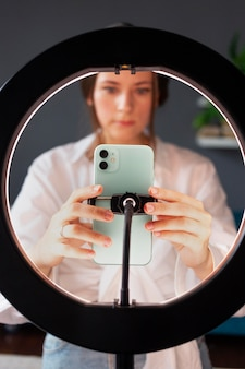 Jeune femme installant l'équipement pour son vlog