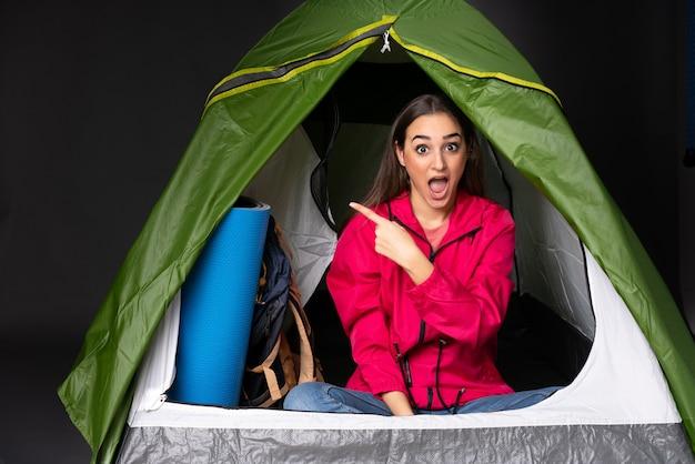 Jeune, femme, intérieur, camping, vert, tente, surpris, pointage, côté