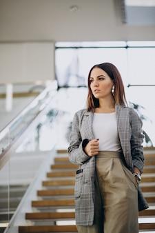 Jeune femme à l'intérieur du centre d'affaires