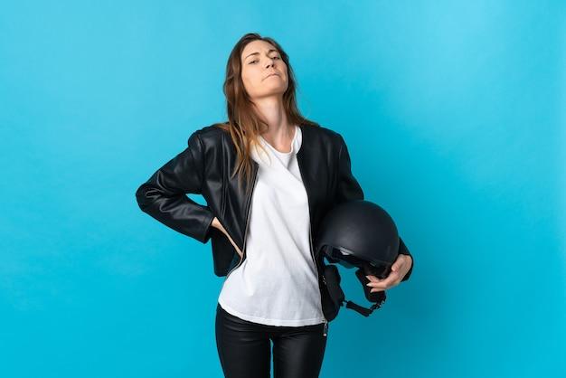 Jeune femme irlandaise tenant un casque de moto isolé
