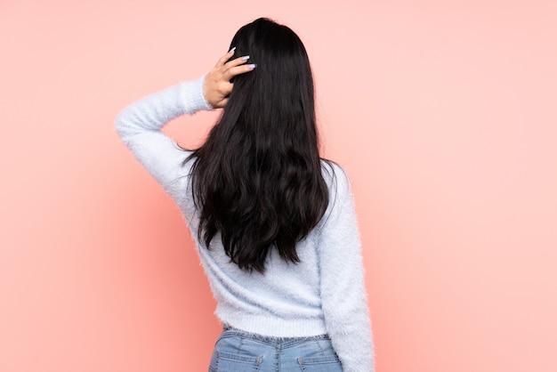 Jeune femme, sur, isolé, mur
