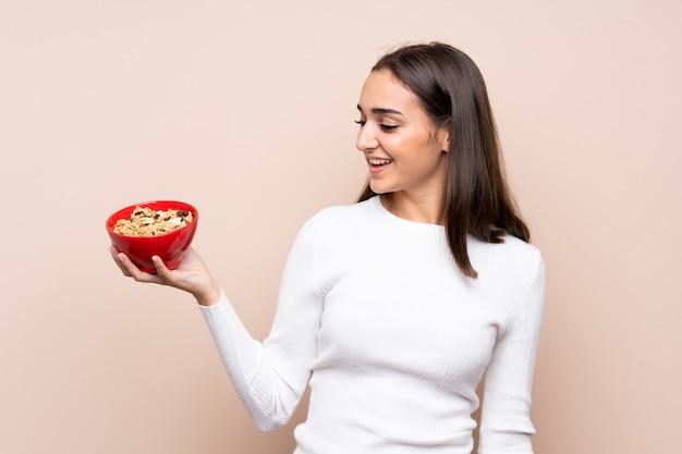 Jeune, femme, isolé, tenue, bol, céréales