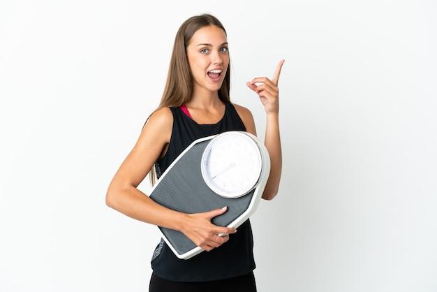 Jeune femme isolée avec une machine de pesage