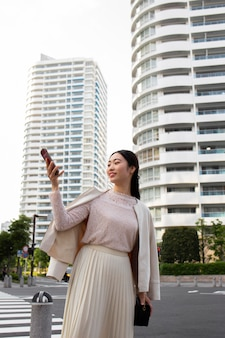 Jeune femme japonaise dans une jupe blanche à l'extérieur