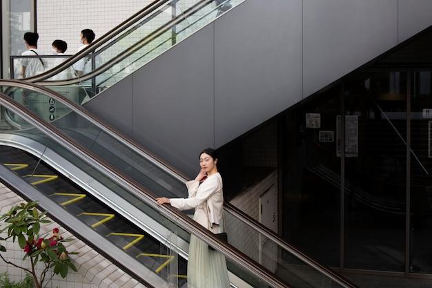 Jeune femme japonaise à l'extérieur