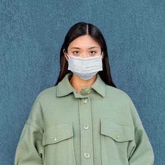 Jeune femme japonaise portant un masque