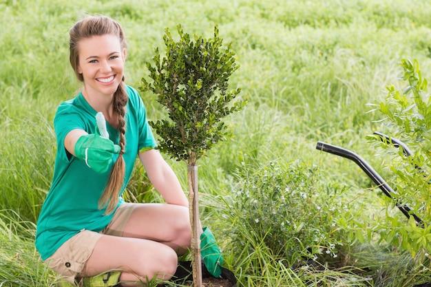 Jeune femme jardinage pour la communauté