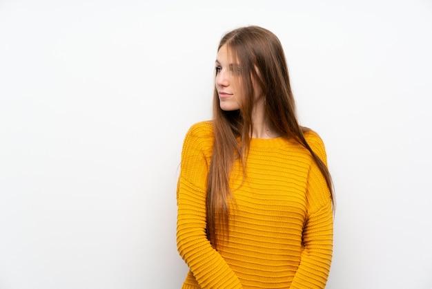 Jeune, femme, jaune, isolé, mur blanc, debout, regarder, côté