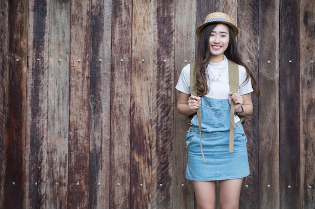Jeune femme jeune asiatique avec caméra. dans une chemise bleue. photographe de mode hipster. les jeunes, le ton vintage