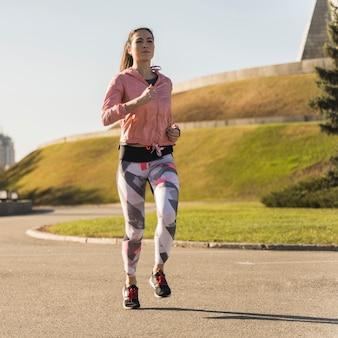 Jeune, femme, jogging, parc