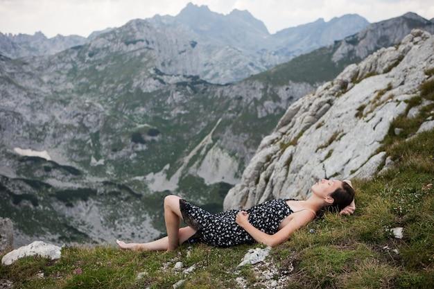Jeune, femme, joli, robe, pose, reposer, sommet, montagne
