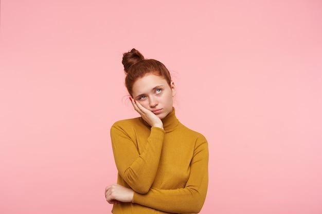 Jeune femme jolie rousse avec une coiffure chignon isolée