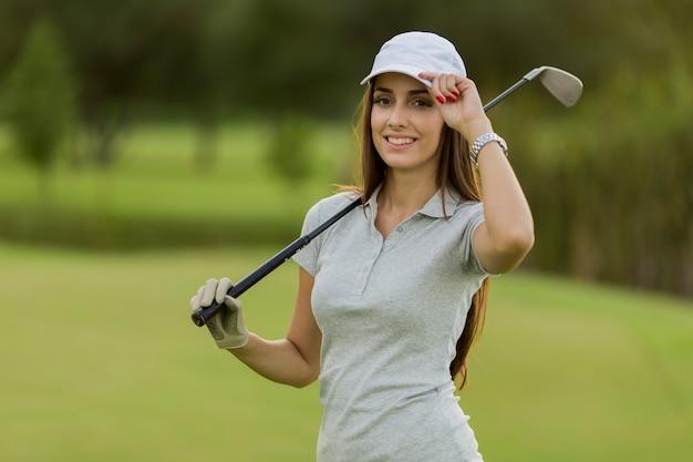 Jeune femme jouant au golf
