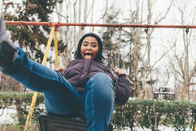 Jeune femme jouant au swing