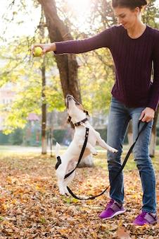 Jeune femme jouant avec son chien