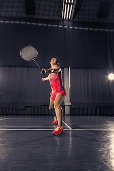 Jeune, femme, jouer, badminton, gymnase