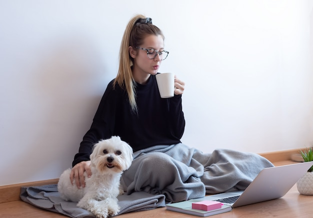 Jeune, femme, jouer, chien, boire, café, maison