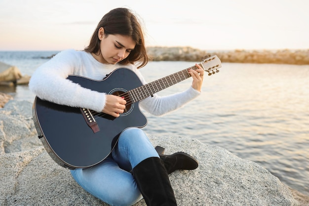 Jeune femme, jouer guitare
