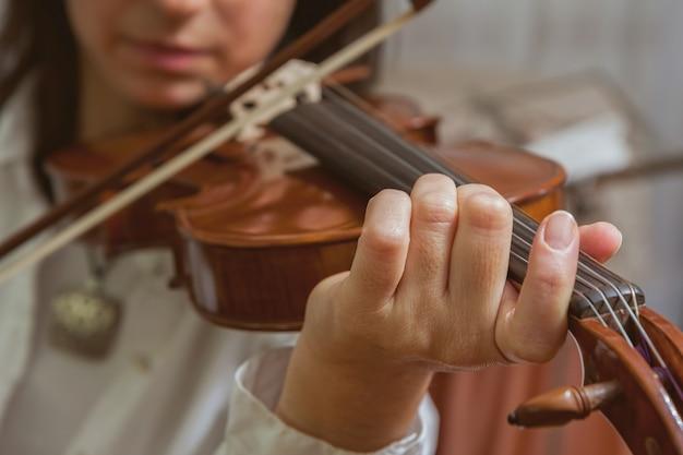 Jeune, femme, jouer, violon, gros plan, sélectif, foyer