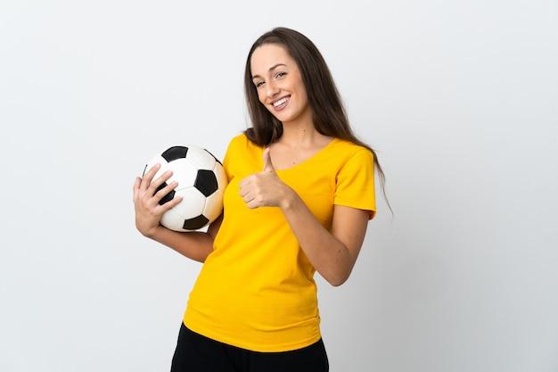 Jeune femme de joueur de football sur fond blanc isolé donnant un geste de pouce en l'air