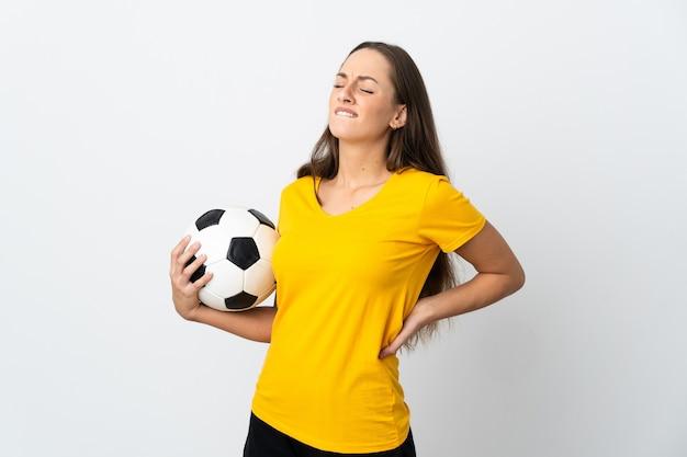Jeune femme de joueur de football sur fond blanc isolé souffrant de maux de dos pour avoir fait un effort