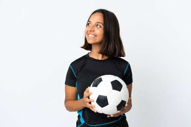 Jeune femme de joueur de football isolée sur blanc pensant une idée tout en levant les yeux