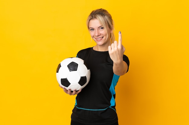Jeune femme de joueur de football russe isolée sur fond jaune faisant le geste à venir