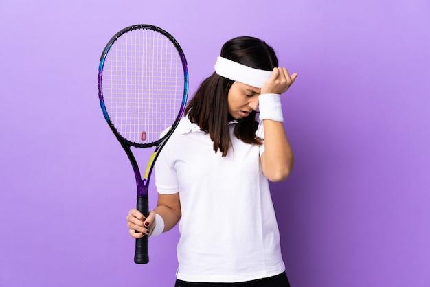 Jeune femme joueur de tennis sur mur isolé avec maux de tête