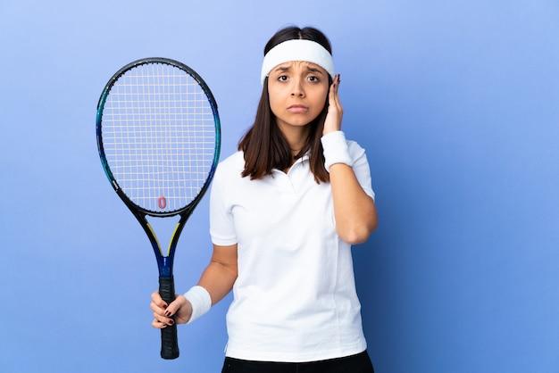 Jeune femme joueur de tennis sur les oreilles frustrées et couvrant isolés