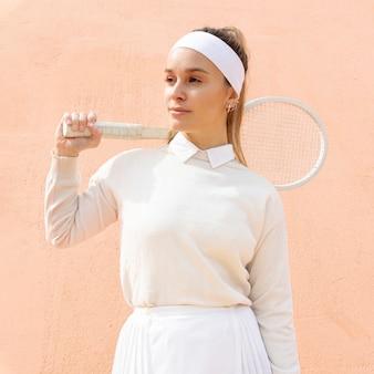 Jeune femme joueuse de tennis en plein air