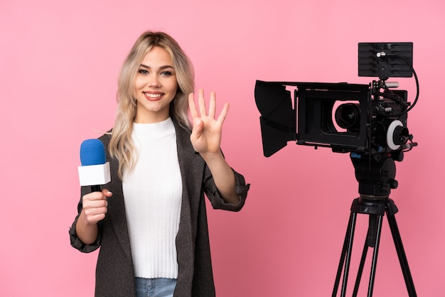 Jeune femme journaliste sur mur isolé