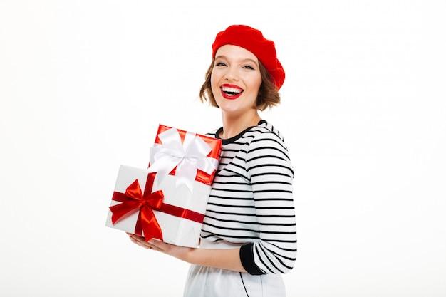 Jeune femme joyeuse tenant la boîte surprise cadeau.