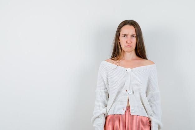 Jeune Femme En Jupe Cardigan Fronçant Les Sourcils Isolé Photo gratuit