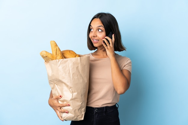 Jeune femme latine, acheter du pain