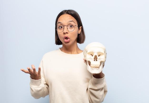 Jeune femme latine bouche bée et émerveillée, choquée et étonnée d'une incroyable surprise