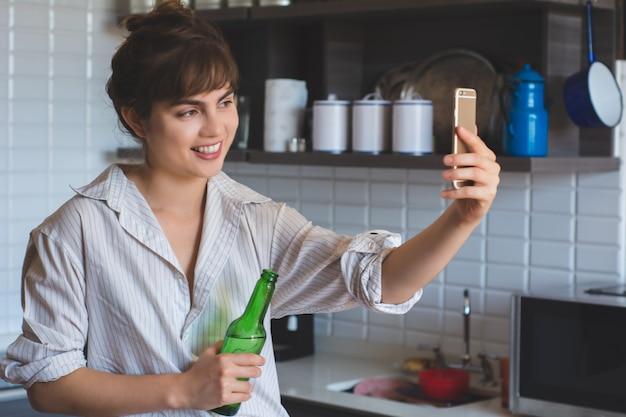 Jeune femme latine faisant un selfie.